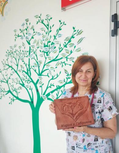 Д-р Мария Нещерова с подаръка от семейство Пилафови